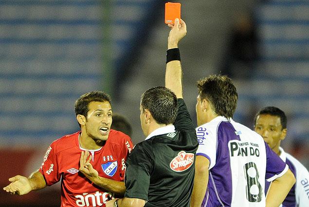 Pablo Alvarez protesta, el árbitro Roberto Silvera le muestra tarjeta roja.