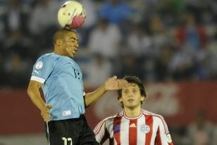 Egidio Árevalo Ríos cabezea la pelota ante Luis Caballero.