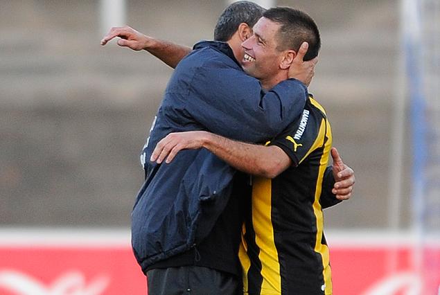 """Danilo Baltierra, el técnico de Cerro, y """"Tony"""" Pacheco, capitán aurinegro, se abrazaron al final del partido."""