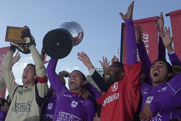 Martín Silva, Pablo Gaglianone, Jairo Castillo y Tabaré Viudez, en el festejo del último título de campeón uruguayo violeta en la temporada 2007-2008.