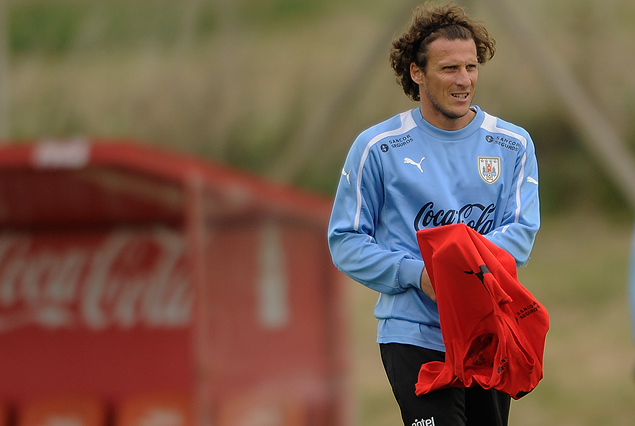 Diego Forlán con el chaleco rojo en mano.