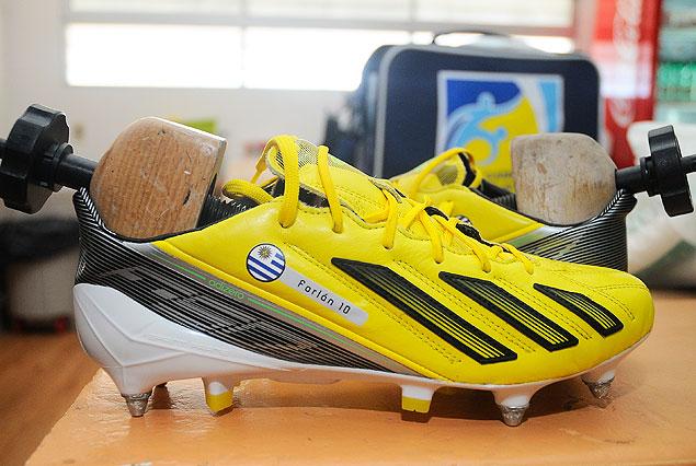 Los nuevos zapatos del goelador Diego Forlán ya se encuentran en el vestuario celeste.
