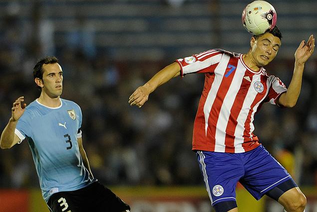 Diego Godín en la marca ante Oscar Cardozo.