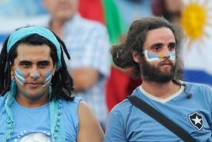 Hinchas uruguayos en el estadio Nacional de Santiago. La celeste cada vez más complicada.