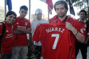 Los hinchas de Liverpool con  la camiseta de Luis Suárez.