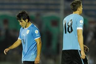 La desazón de Nicolás Lodeiro y Gastón Ramírez luego del empate ante Paraguay en el Centenario.