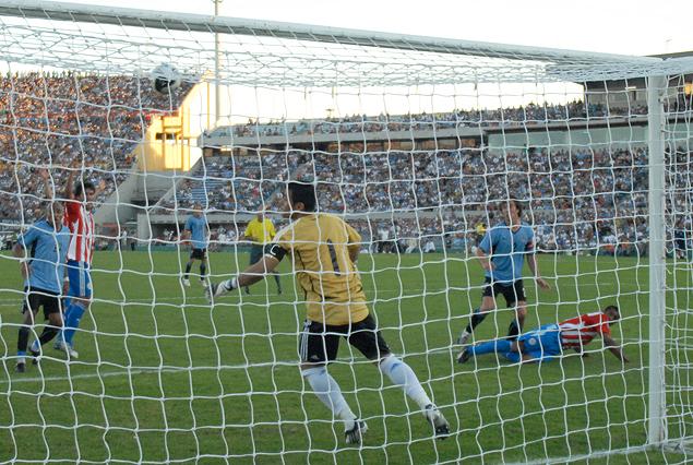 Diego Lugano anota el segundo gol uruguayo en el triunfo 2:0 por las eliminatorias Sudáfrica 2010.