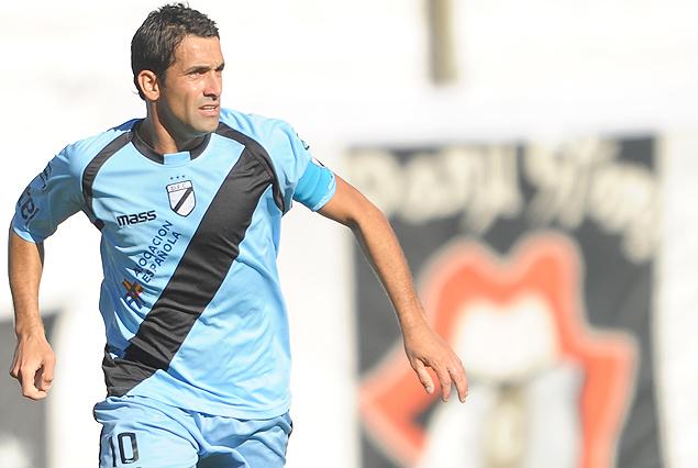 Diego Perrone, luciendo la cinta de capitán en la camiseta número diez.