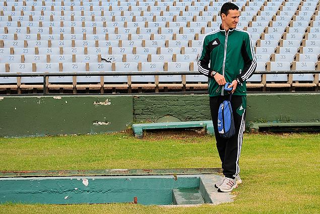Wilmar Roldán, árbitro del partido, en el túnel camino al vestuario.