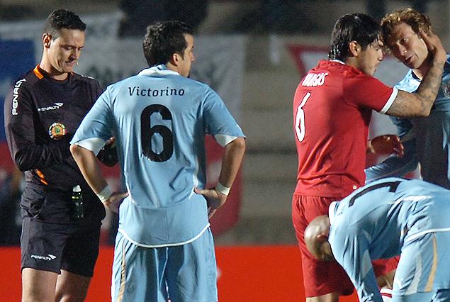 El único partido que Roldán le arbitró a Uruguay. Empate con Perú en la Copa América 2011. Allí se lo ve anotando algo delante de Godín mientras un peruano consuela a Lugano.