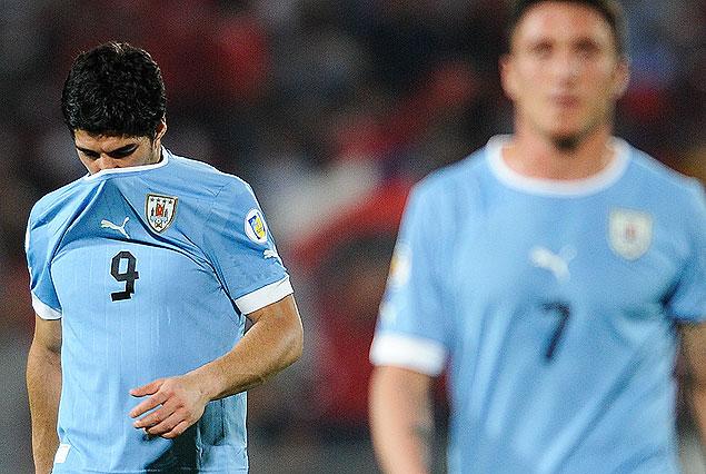 """Luis Suárez y """"Cebolla"""" Rodríguez, resignados. Uruguay no levanta cabeza."""