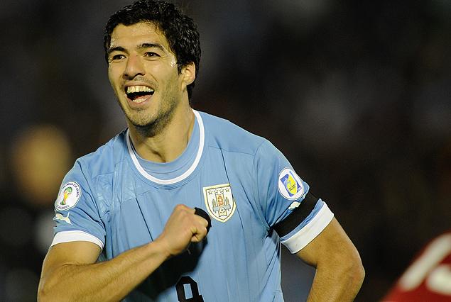 Luis Suárez se golpea el pecho en el grito del gol uruguayo.