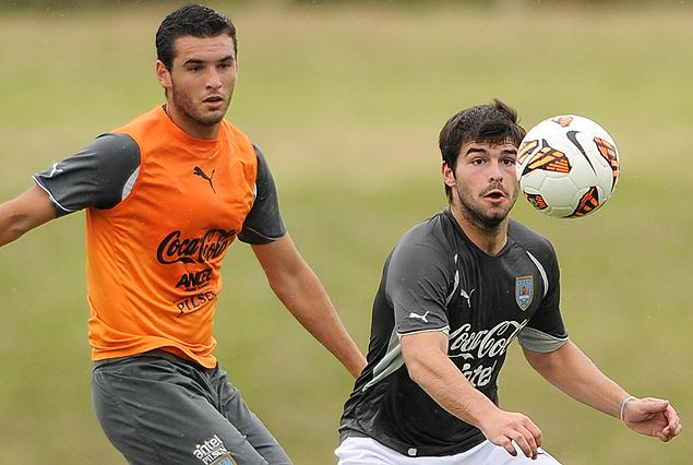 Formiliano va sobre la marca de Latorre en el encuentro de las selecciones Sub 20 y Sub 17.
