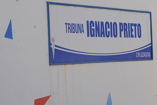 El cartel indica la localidad que, en vida, rinde merecido tributo y homenaje a la trayectoria del gran jugador de la Católica que brilló en Nacional de Montevideo.