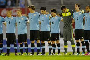 Los jugadores abrazados en el minuto de silencio que se tributó en homenaje a Aníbal Paz.