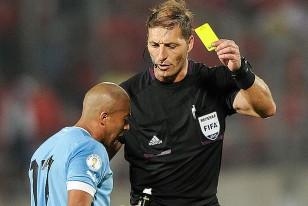El árbitro Néstor Pitana le muestra tarjeta amarilla a Egidio Arévalo Ríos.