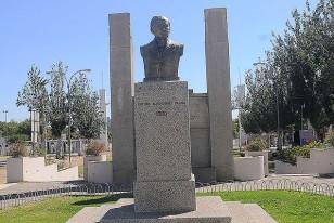 El busto recuerda a Arturo Alessandri Palma, bajo cuya presidencia se construyó el Estadio entre 197-38. Detrás, en la placa, también se agradece a su hijo, Jorge Alessandri Rodríguez, bajo cuya Presidencia se lo remodeló en 1960.