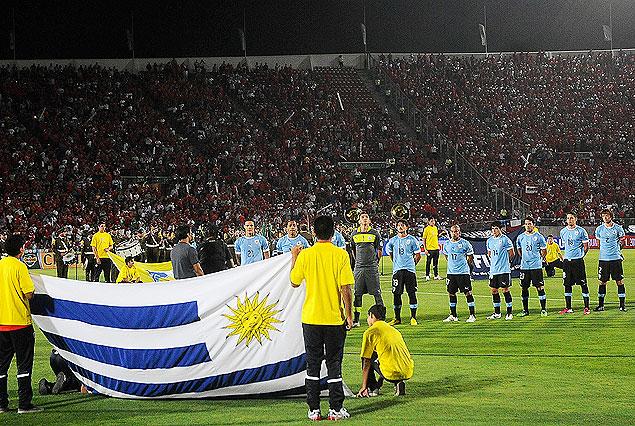 El himno uruguayo entonado en el Estadio Nacional de Santiago.