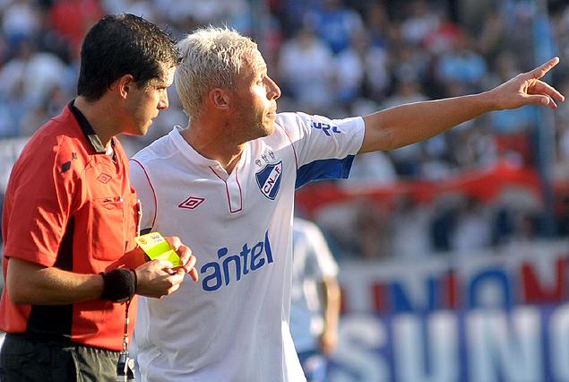 Isreal Damonte es amonestado por el árbitro Andrés Cunha. Suspendido por acumulación de cinco tarjetas amarillas y no juega ante Danubio.