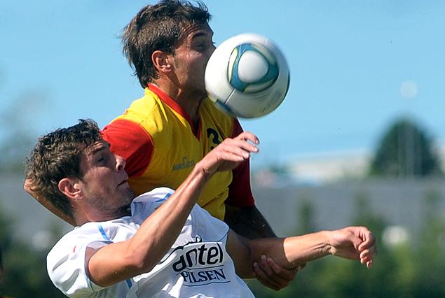 Felipe Avenatti en pleno salto intenta cabecear el balón.