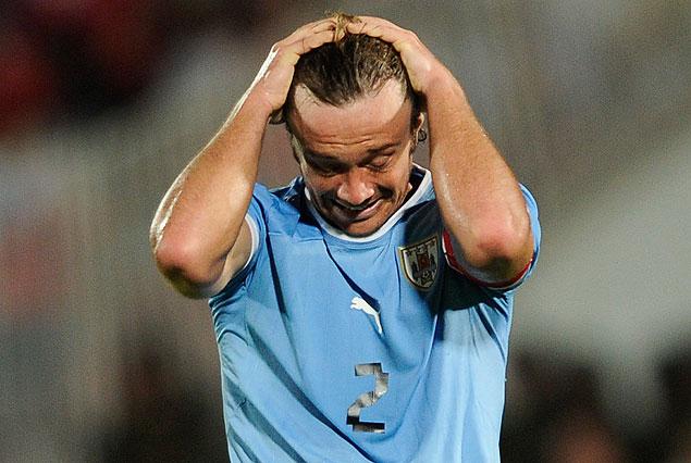 Diego Lugano y su gesto de desazón. Uruguay volvió a perder y cayó al sexto puesto de las eliminatorias sudamericanas.