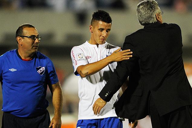 Hugo Dorrego y el abrazo de agradecimiento con Juan Carlos Blanco. Gustavo Bueno observa tras ser también saludado por el juvenil.