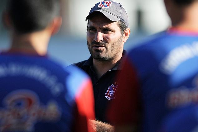 Adrián Colombo, el nuevo entrenador de Central Español, en pleno trabajo con el plantel en el Parque Palermo.