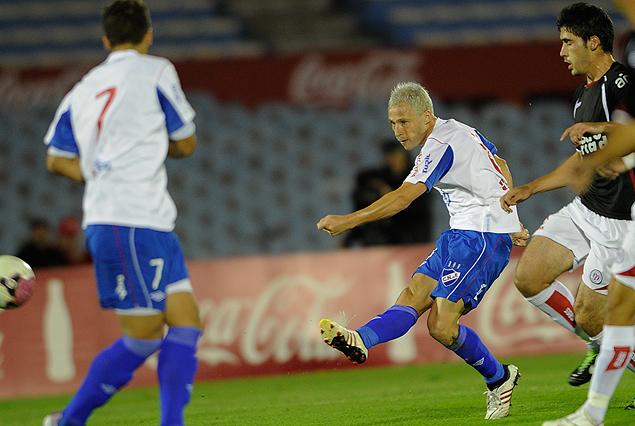 Israel Damonte patea desde más de treinta metros para anotar el primer gol tricolor.