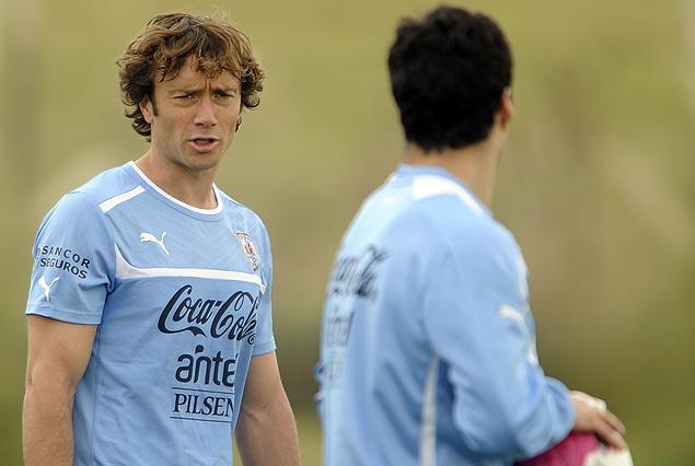 El capitán celeste Diego Lugano, apoya a Luis Suárez de las voraces críticas.