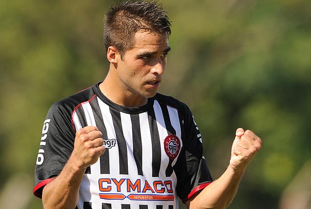 El gesto del festejo, el gol estampado en el arco rival. Federico Fernández anotó el segundo de Miramar Misiones, el de la victoria.