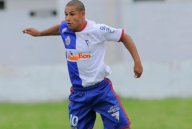 Vicente Olivera, firme en el mediocampo de Huracán FC.