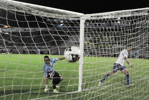 Segunda y determinante gol de Nacional. La pelota explota en la red, Adrián Romero comienza a festejar, Damián Frascarelli observa resignado.