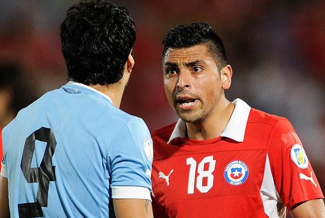 Gonzalo Jara increpa a Luis Suárez.