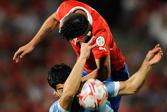 Gonzalo Jara en contacto físico permanente durante todo el partido con Luis Suárez.
