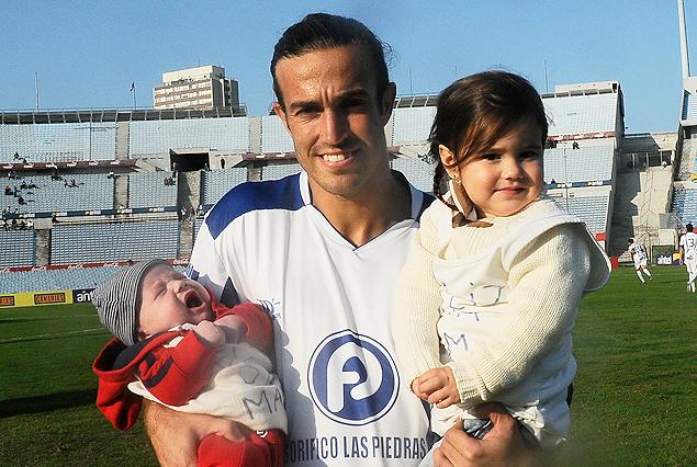 Matías Alonso con sus pequeños hijos Iván y Paulina, en homenaje a todas las madres.