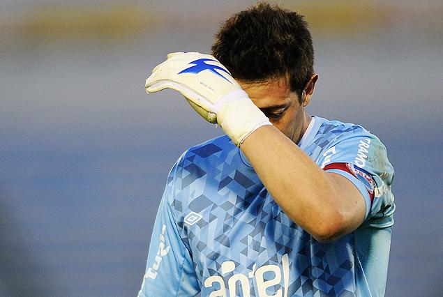 Jorge Bava se tapa la cara y se marcha apesadumbrado de la cancha. Nacional y otro domingo negro.
