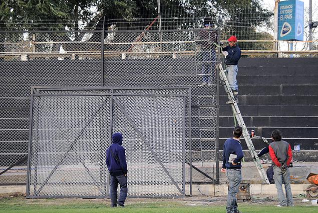 Habilitado el Parque Viera, los obreros colocan el tejido. El domingo los bohemios recibirán a Nacional, 15.30.