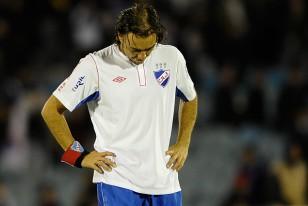 Alvaro Recoba es la viva y cruda imagen de la desazón y la impotencia. Nacional le dijo adiós a la Copa Libertadores.