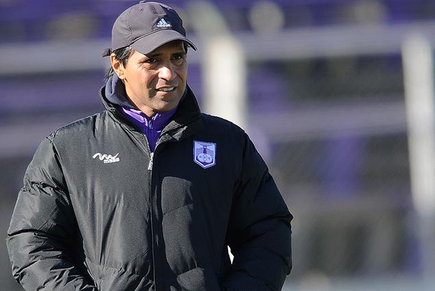 Tabaré SIlva, el técnico violeta, se jugó por el venezolano Rentería.
