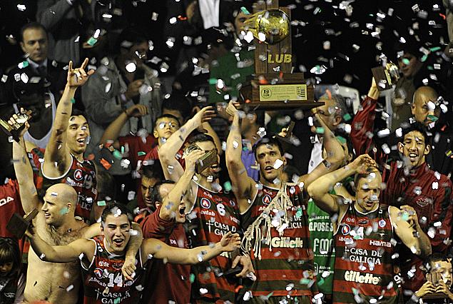 El capitán aguatero Pablo Morales levanta el trofeo de campeón junto a sus compañeros y la hinchada.