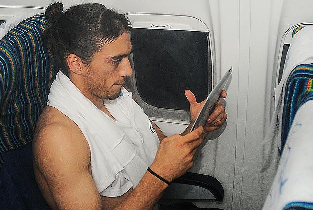 Martín Cáceres en el vuelo concentrado en la alta tecnología.