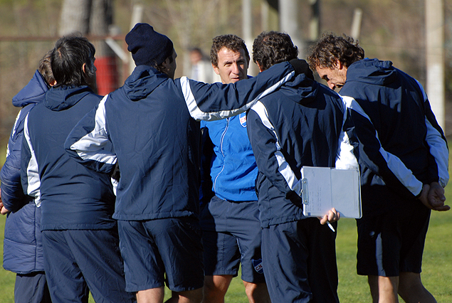 El cuerpo técnico tricolor conversa previo al inicio de los trabajos en Los Céspedes.