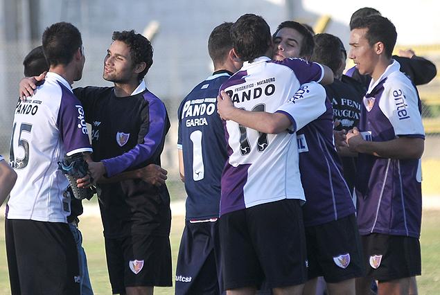Fenix festeja su pasaje a la final de Tercera División. Capurro en la cima.