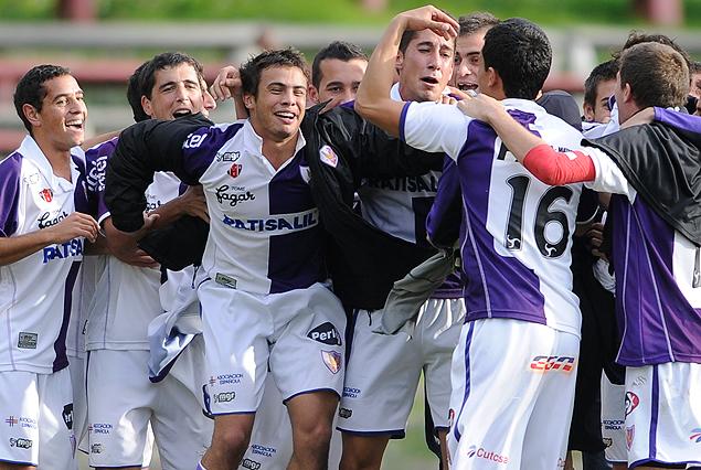 El festejo de los jugadores albivioletas. Fénix campeón del Torneo Clausura de Tercera división.
