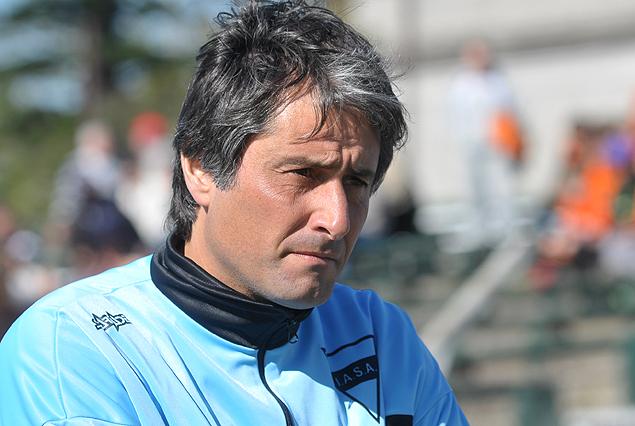 Alejandro Apud, entrenador de Sud América en Santa Teresita, Argentina.