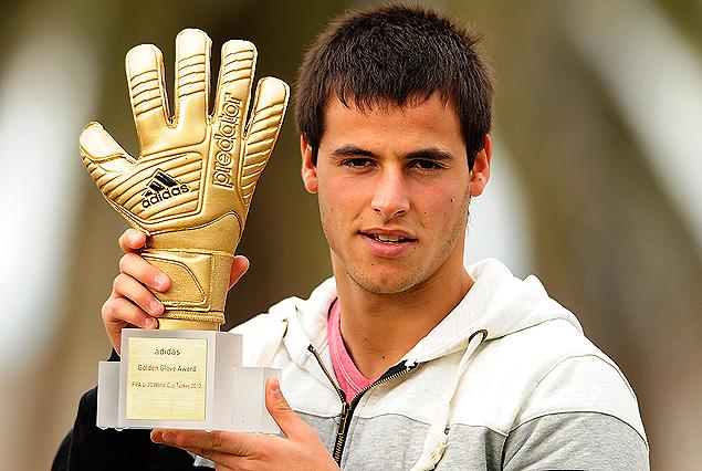 Guillermo De Amores, con el guante de oro que lo consagró como el mejor arquero del mundo en la categoría Sub 20.