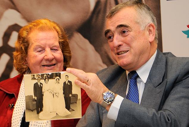 La Sra. Gladys Castro de Pérez, viuda de Julio Pérez junto a Atilio Garrido que muestra la fotografía de su casamiento en conjunto con el de otro campeón, Víctor Rodríguez Andrade.