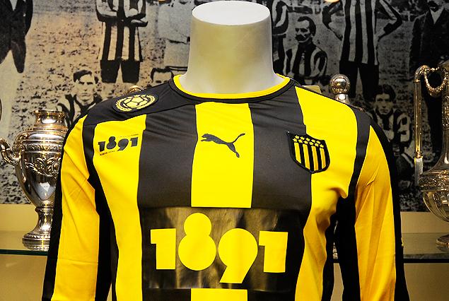 Peñarol presentó la nueva camiseta que lucirá en la Copa Sudamericana.