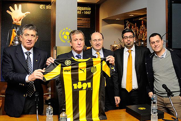 El presidente Damiani muestra la nueva camiseta que lucirá Peñarol.