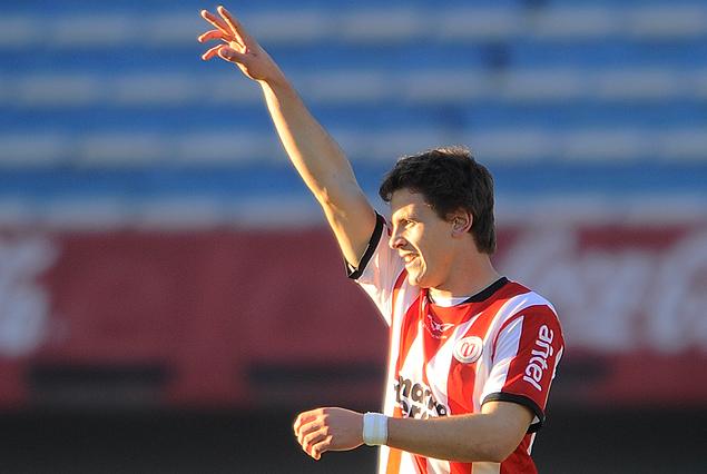 El juvenil Diego Casas dedica el cuarto gol darsenero. Otra promesa de la cantera dejó su marca en las redes del Estadio Centenario.